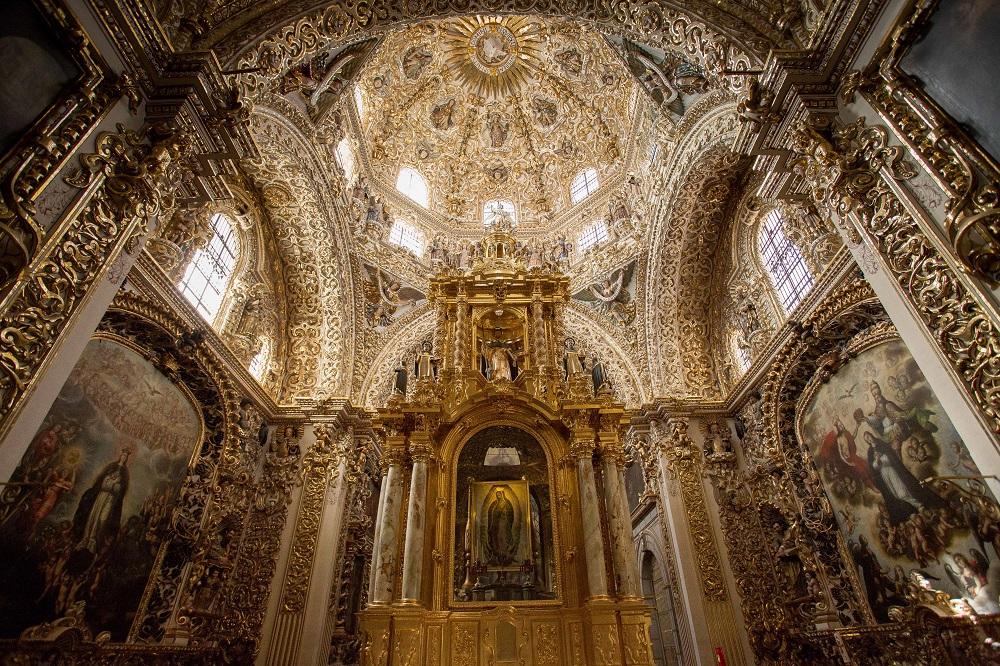 "Црквата Санто Доминго, мексико – Римокатоличка Црква ( Изградена 1659 година. Внатрешноста на црквата за тоа време била оценувана како ""осмосветско чудо)"