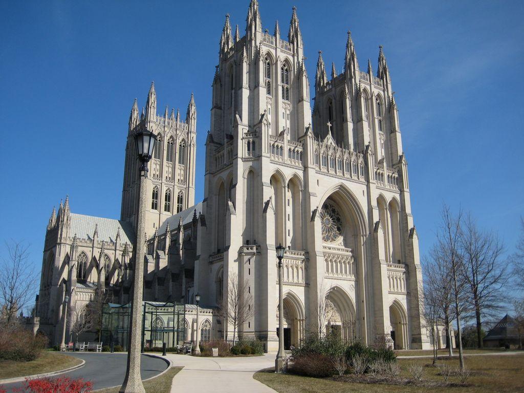 Националната катедрала во Вашинготон – Протестантска (Градена е од 1907 до 1990 година. Во оваа црква се случиле најзначајните настани поврзани со американските претседатели.)