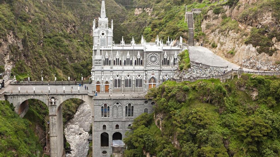 Лас Лајас светилиштето во Нарино, Колумбија -Римокатоличка црква. ( Изградена е во готски стил меѓу 1916 и 1949.)