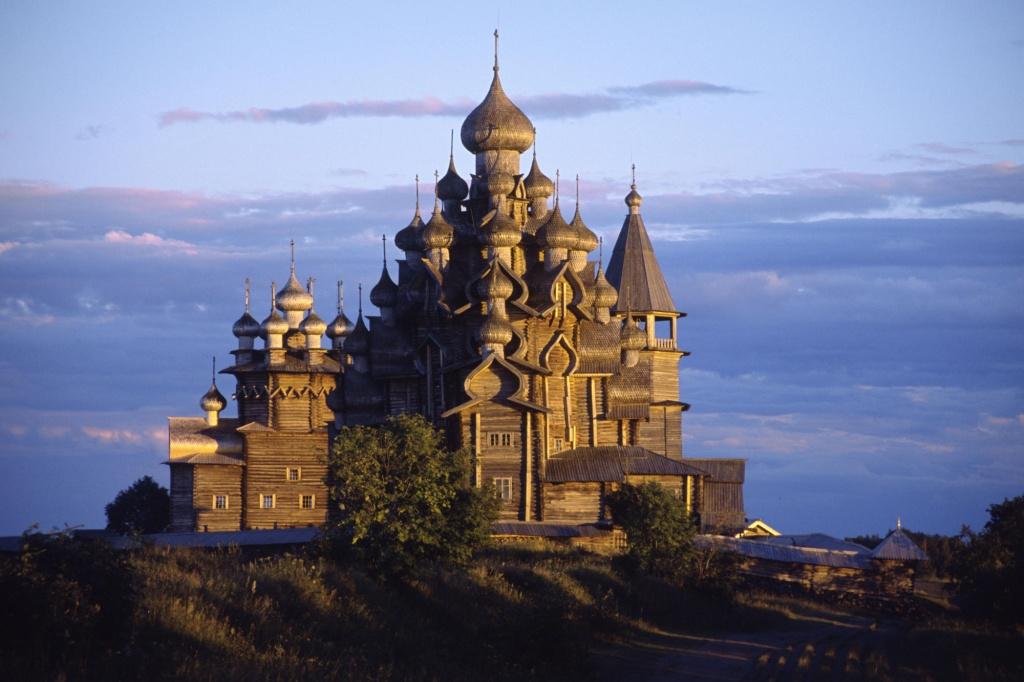 Црквата Преображение, на островот Кижи во Езерото Онега – Руска Православна Црква. ( Црква изградена од дрво, датира од XVII I XIX век)