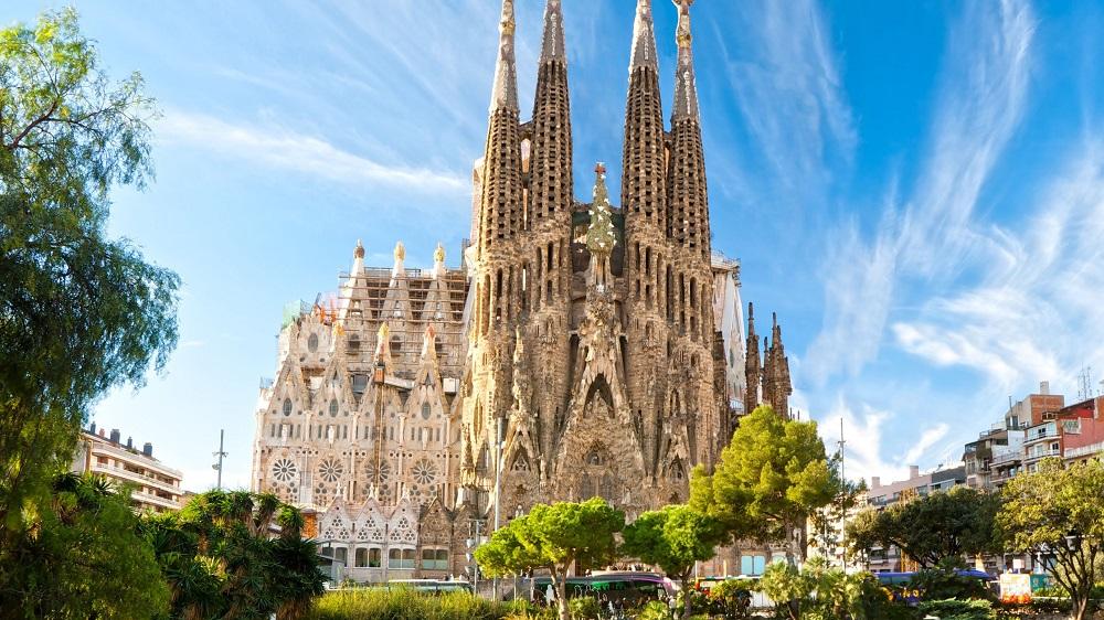 """Црква Саграда Фамилија, Барселона – Шпанија – Римокатоличка црква ( Во превод името на црквата значи """"Црква на светото семејство"""". Изградена е во 1886, но нејзината дограба и реконструкција трае и денес. Се претпоставува дека целосно ќе заврши во 2026 гоидина)"""