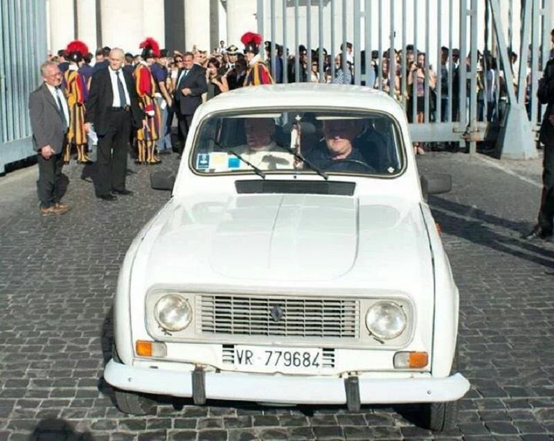Белото Рено 4 од 1984, со кое Франциск влезе во Ватикан