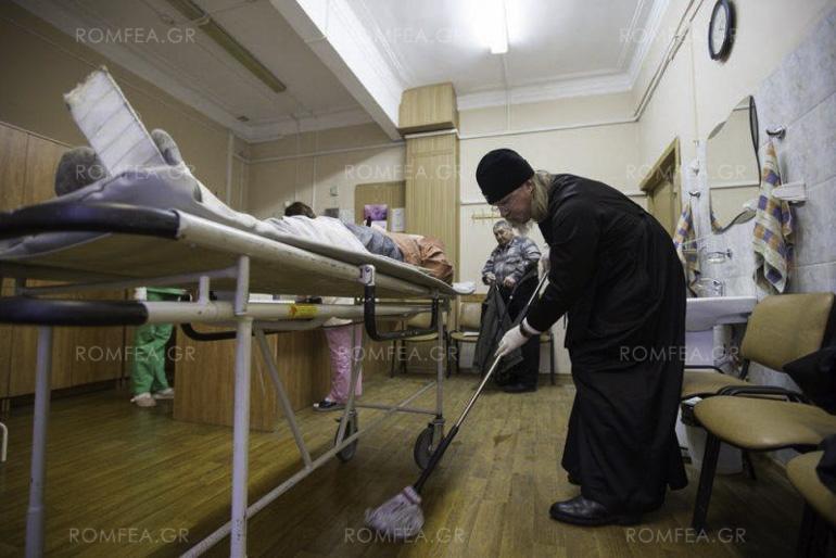 Руски митрополит се фати за метла и џогер