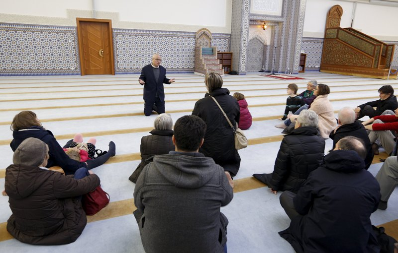 """Муслиманите од Франција нудат """"чај на братството"""" и спознавање на вредностите на исламот"""