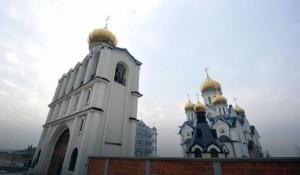 Сите пет куполи на дворецот се од злато
