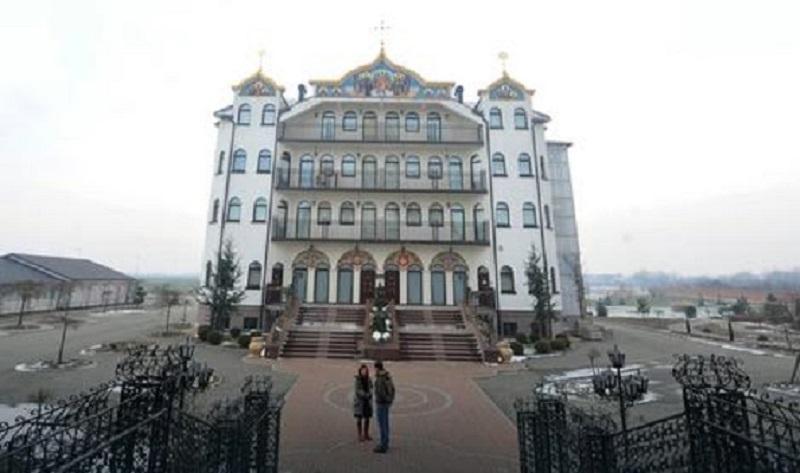 Качаведна со трите монахињи е единствениот кој живее во овој Владички дворец