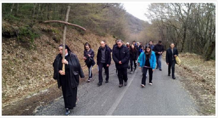 Бискупот Стојанов ја предводеше крстната поворка до врвот на Водно