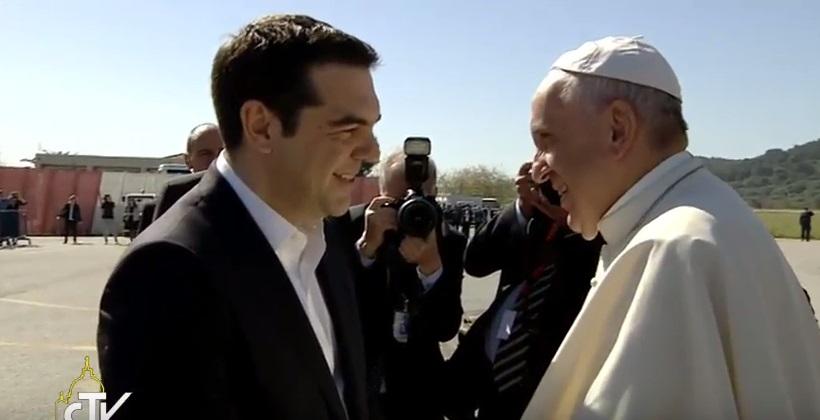 Папата слета во Грција. Во ЖИВО посетата на бегалскиот камп