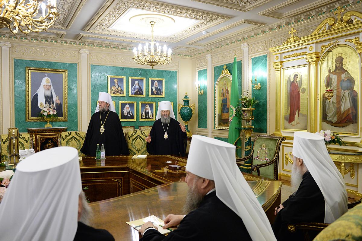 За Руската црква, Вселенската патријаршија е таа која влегла во раскол