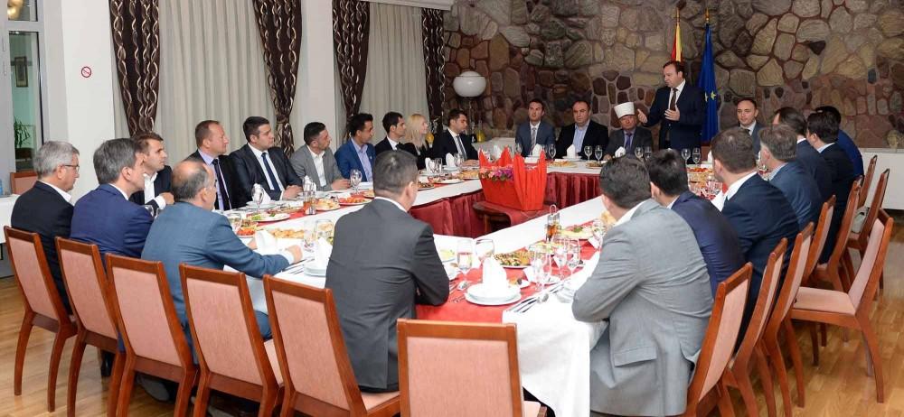 Премиерот Димитрев и Поглаварот Реџепи на ифтар вечера