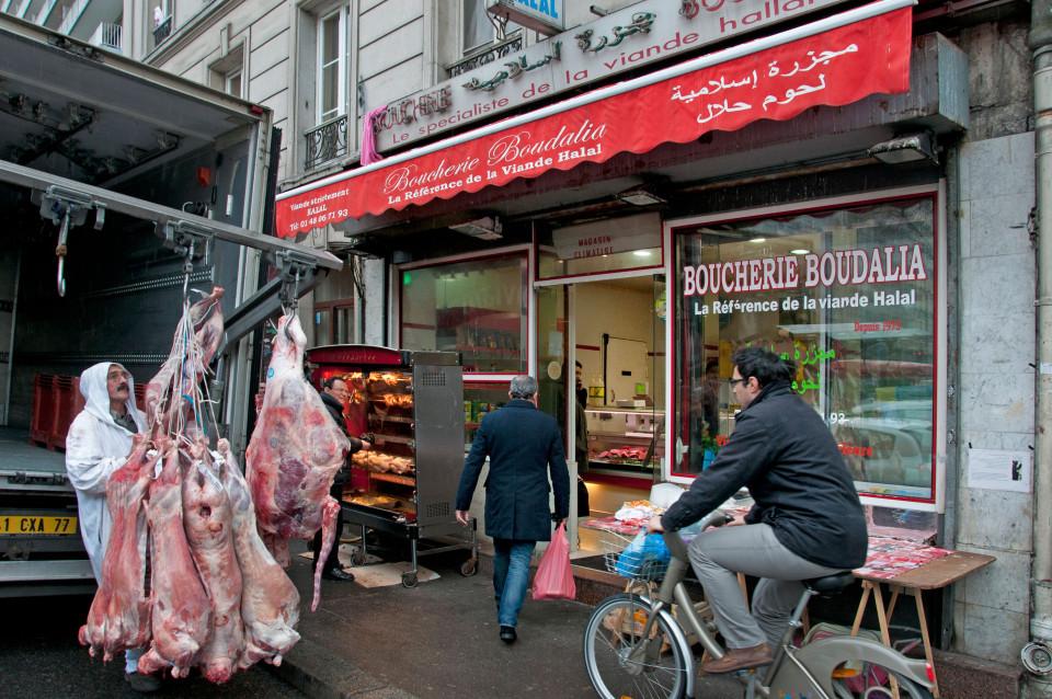 """Синџирот продавници """"Халал"""" во Париз доби наредба да продава свинско и алкохол"""