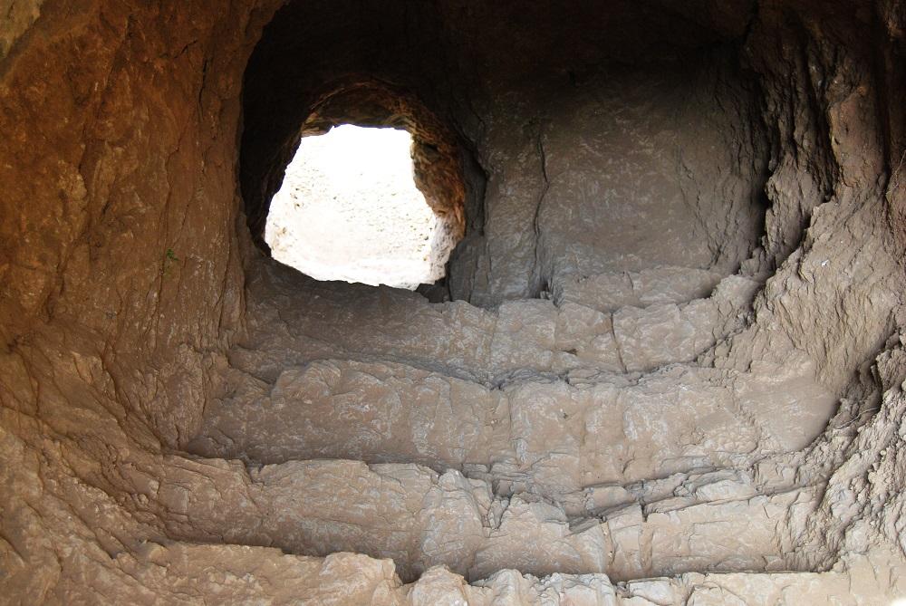 Влез со скалила во тунелот