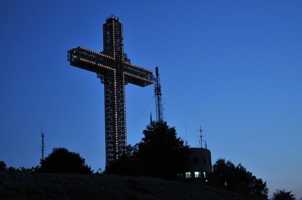 Милениумскиот крст го издржа невремето над 100 грома удриле во него