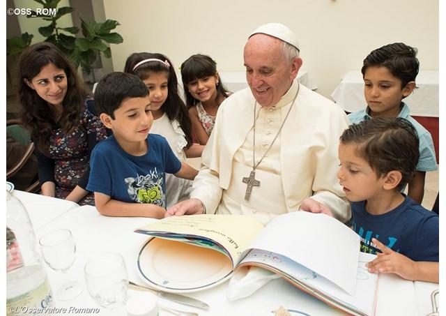 Папата во својот дом организраше ручек за 21 сириски бегалец