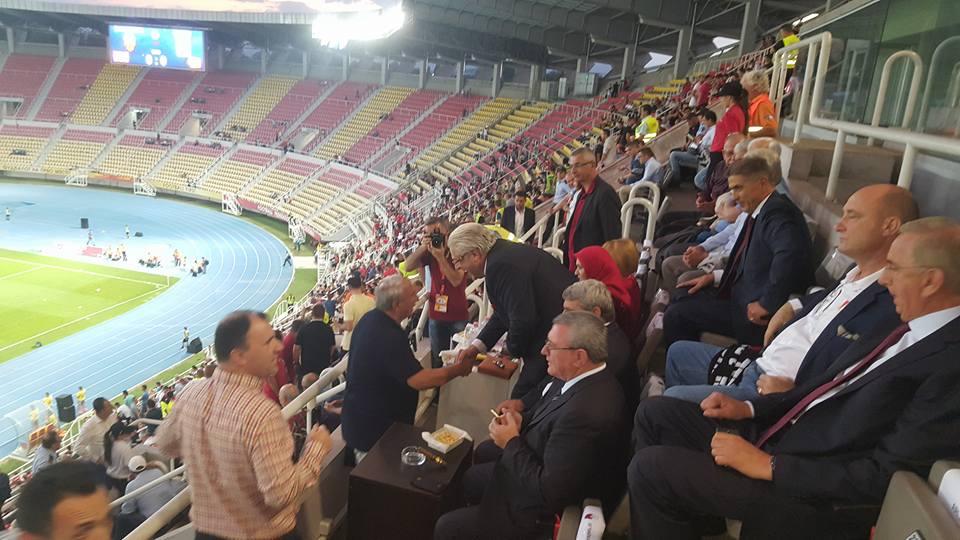 Поглаварот Реџепи од трибините на градскиот стадион навива за Шкендија