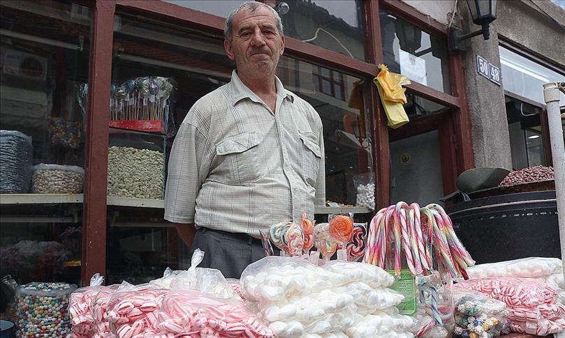 Старите бомбони на слаткарџијата во чаршија будат носталгија кон старите Бајрами