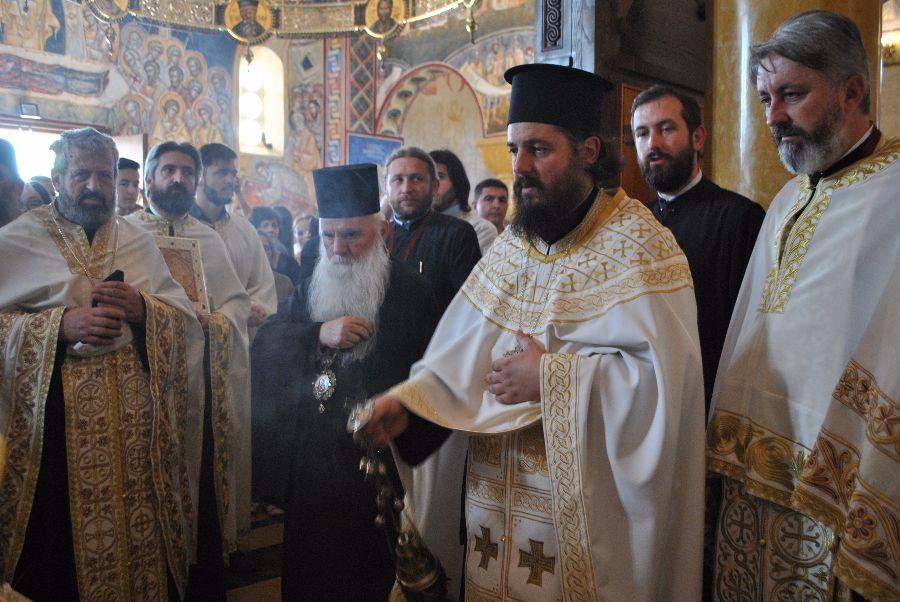 Митрополитот г. Тимотеј од олтарот на црквата ја следи литургијата на Ерусалимскиот Патријарх