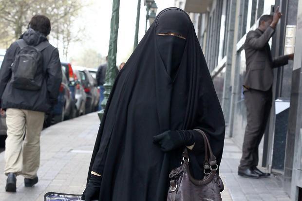 Милионер од Алжир ги плаќа казните за носење бурка во Европа