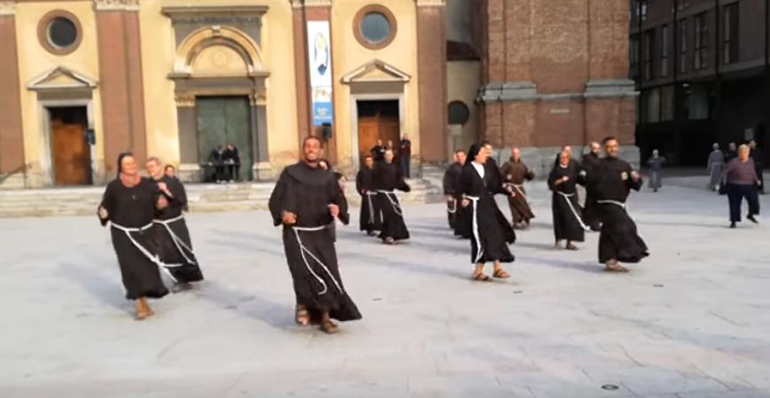 Католички монаси и монахињи танцуваа во центар на градот