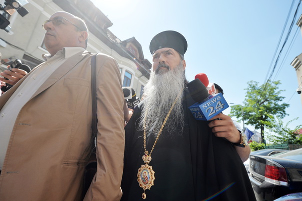 Романски архиепископ обвинет за проневера на 300.000 евра и примање мито