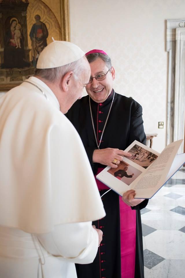 """Биксупот Киро на папата Франциск му ја подари монографијата """"Денови на света Мајка Тереза"""""""