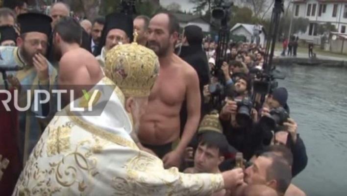 Богојавление во Истанбул: Православните верници пливаа во заледениот Босфор