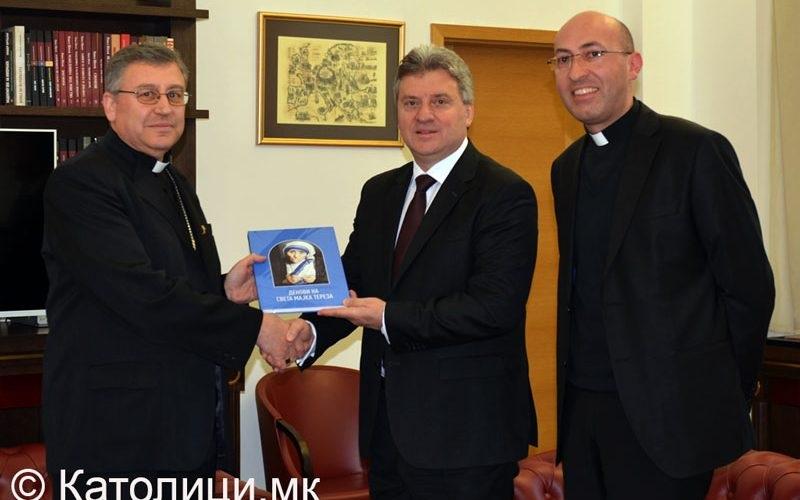 Бискупот Стојанов подари монографија за Света Мајка Тереза на претседателот Иванов