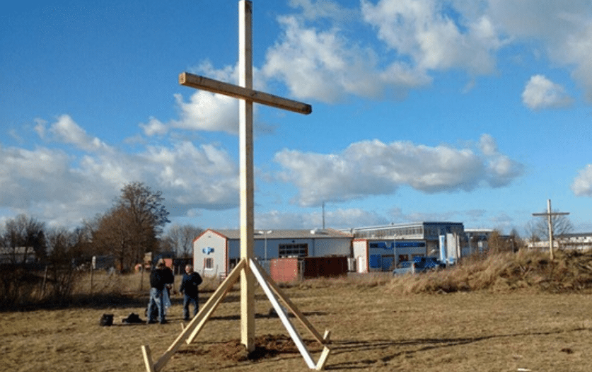 Германци протестираат против изградба на џамија со поставување крстови