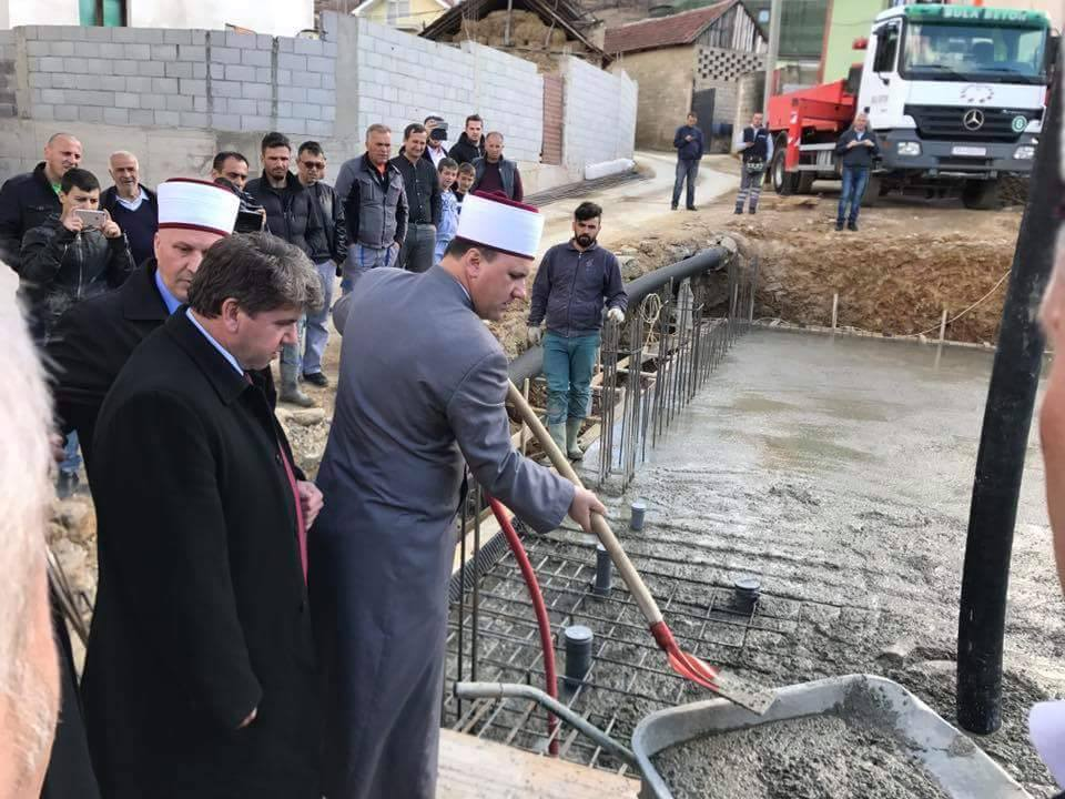 Камен темелник на џамија во Желино