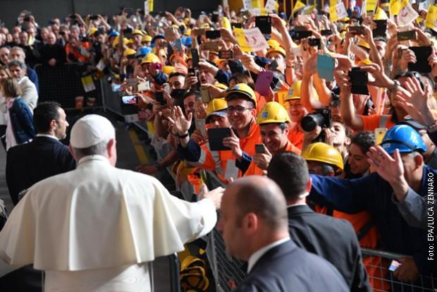 Папата ја осуди експлоатацијата на работниците