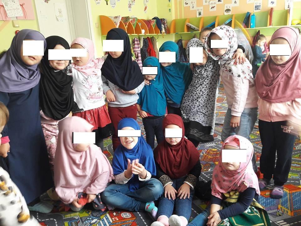 """Реакција на """"Меѓаши"""" за градинката во која децата практикуваат верски молитви"""