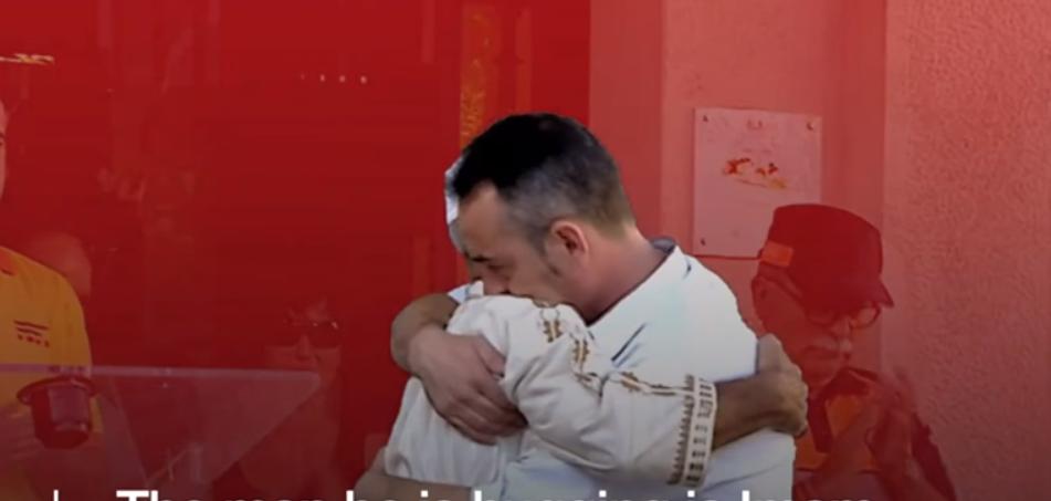 (ВИДЕО) Барселона: Таткото на најмладата жртва и Имамот се гушнаа