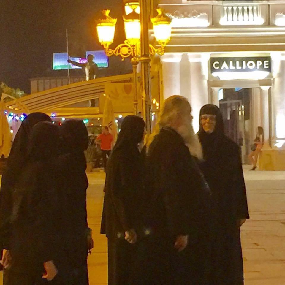 Архиепископот Стефан на прошетка низ центарот Скопје