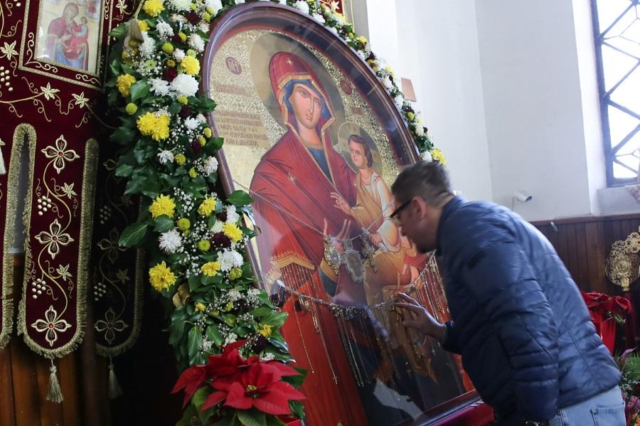 Новиот лидер на ВМРО-ДПМНЕ со молитва и свеќа го почна мандатот