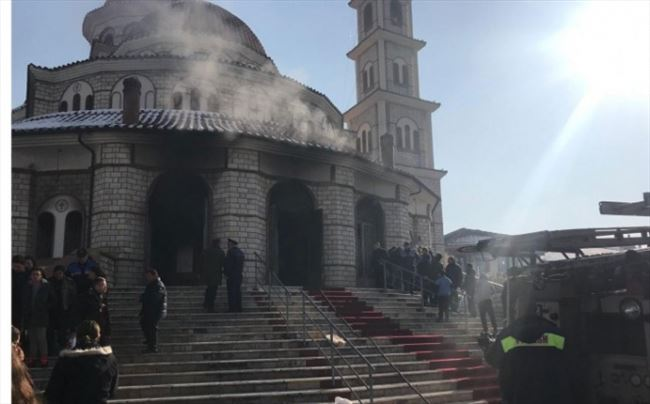 Пожар во Катедралата во Корча по богослужбата на која бил и претседателот Мета