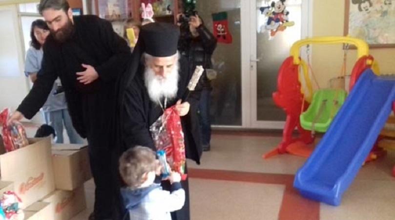 Божиќни подароци од митрополитот г.Петар за децата во Домот за доенчиња во Битола