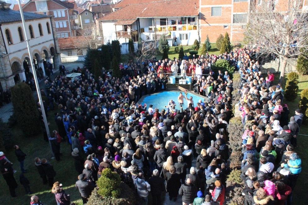 Во Тетово само тројца верници скокаа по светиот крст