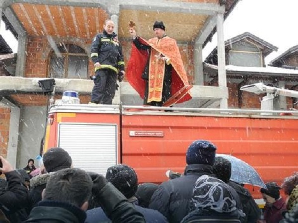 Свештеници на СПЦ осветија противожарна цистерна од која верници полнеа света вода