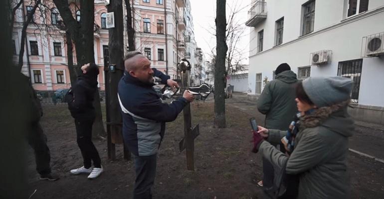 Парадокси на едно поделено општество – православни уриваа крст