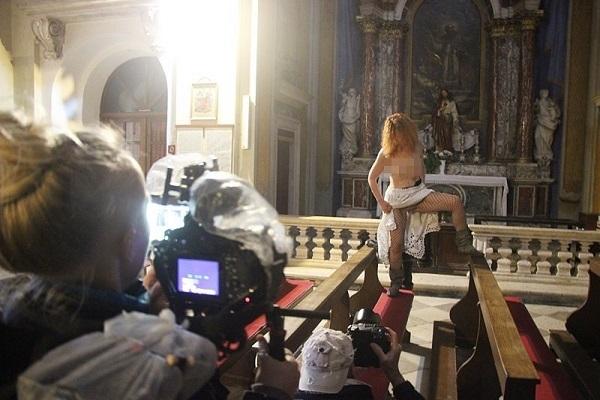 Скандал во црква во Хрватска – полугола девојка се слика пред икони