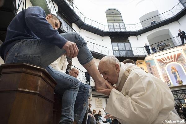 Папата традиционално им ги миеше нозете на затворениците