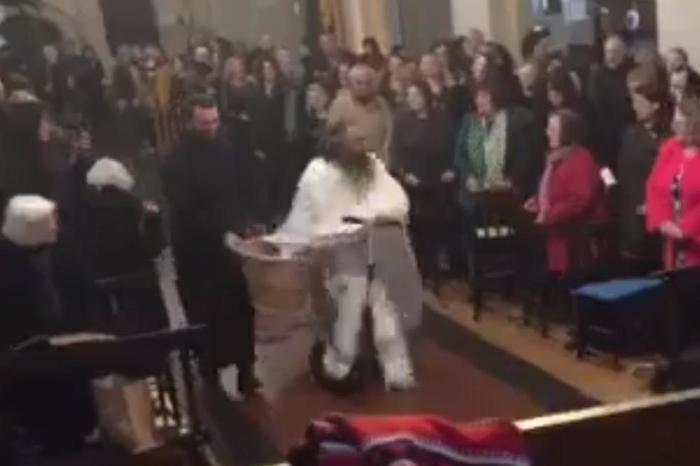 Грчки поп направи хаос на велигденската литургија – влета со тротинет во црква