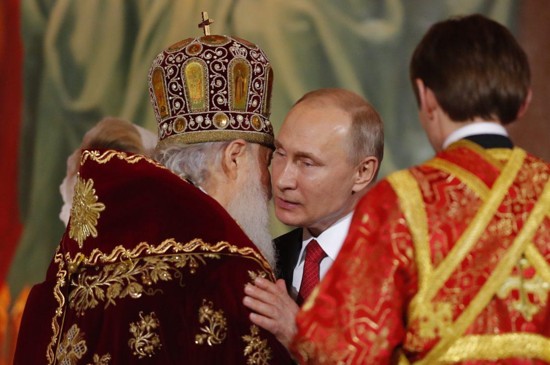 Путин на велигденската литургија внимателно ја слушаше пораката на патријархот Кирил