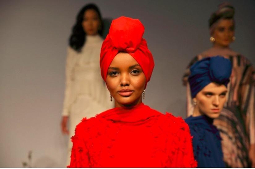 """Жена со хиџаб прв пат на насловната на британски """"Вог"""""""