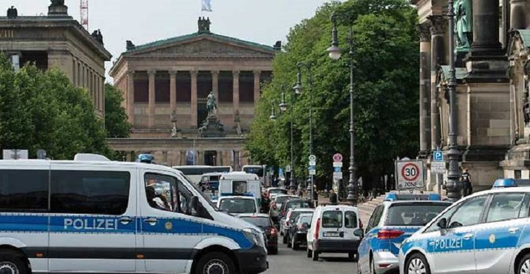 Aвстриец застрелан откако со нож упадна во берлинската катедрала