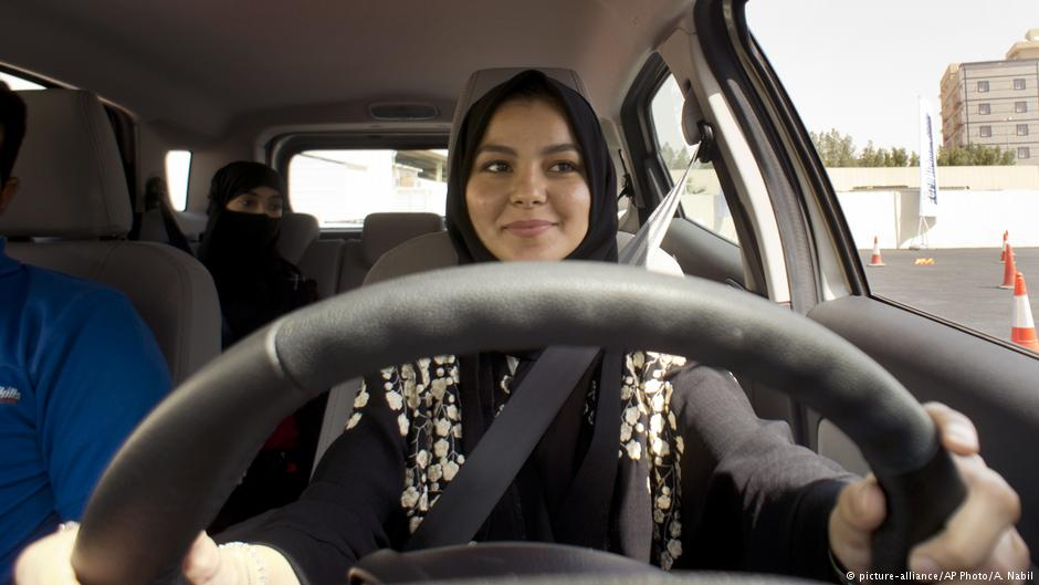Саудиска Арабија: Поделени првите возачки дозволи на жени