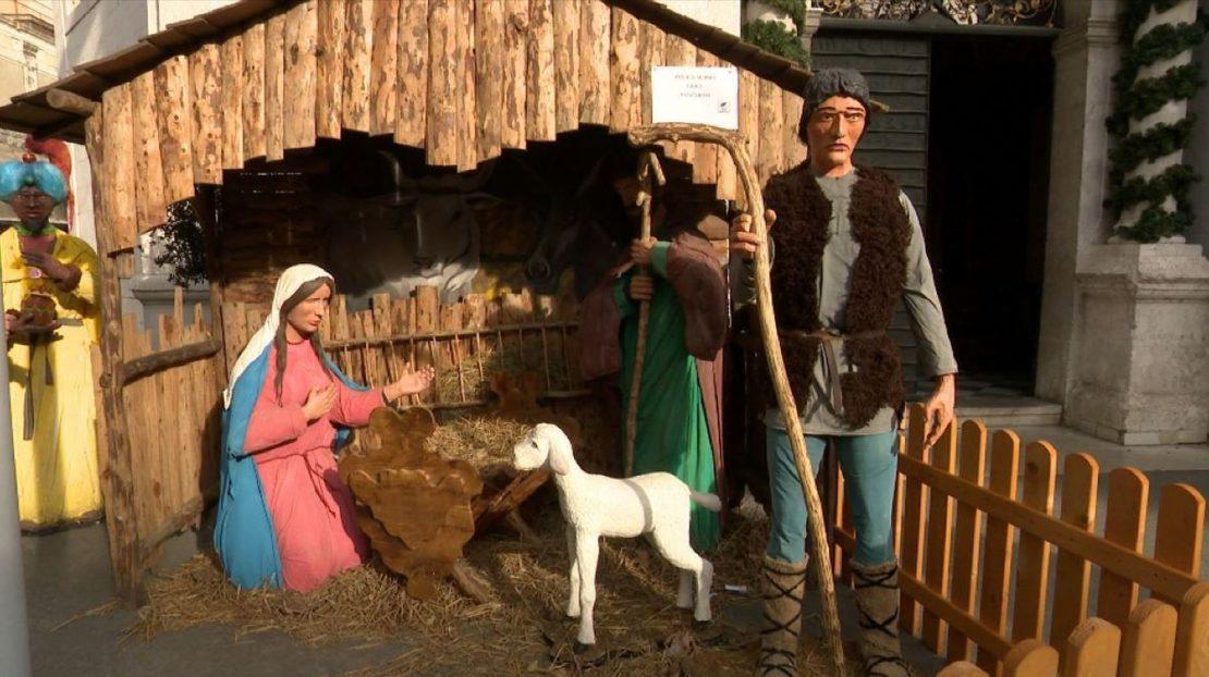 ВИДЕО: Несекојдневна кражба – од јасли пред црква украден Исус, оштетени склуптурите на Марија и пастирот