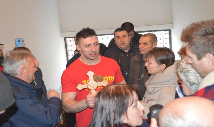 Дејан Петрушев го фати крстот во Вардар во Велес