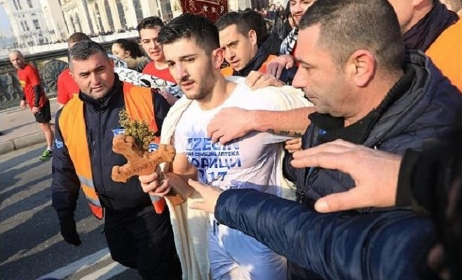 Кристијан Нинески го фати крстот во Скопје