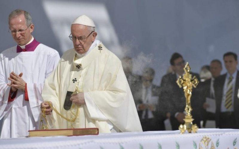 Папата одржа миса во Абу Даби пред 180.000 луѓе